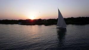 Puesta de sol al otro lado del Río Nilo