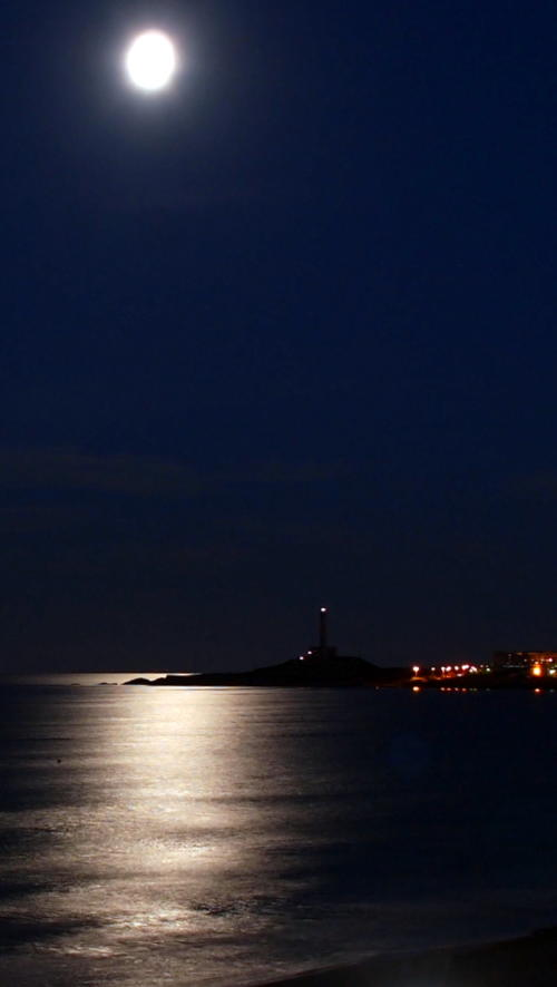Luna llena sobre el Mediterráneo