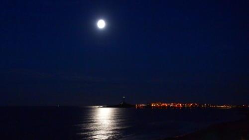 Luna llena sobre el Mediterráne