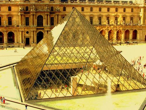 Pirámide en el Louvre